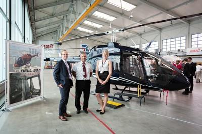 Jakub Hoda - ředitel Bell Helicopter pro Evropu a Rusko; Andrea Balázsová – obchodní zástupkyně Bell Helicopter and Stanislav Tarasovič – senior letový instruktor před vrtulníkem Bell 505 Jet Ranger X