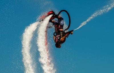 Flyboarding je skvělá adrenalinová novinka, kterou si užijí všichni milovníci létání a vody.